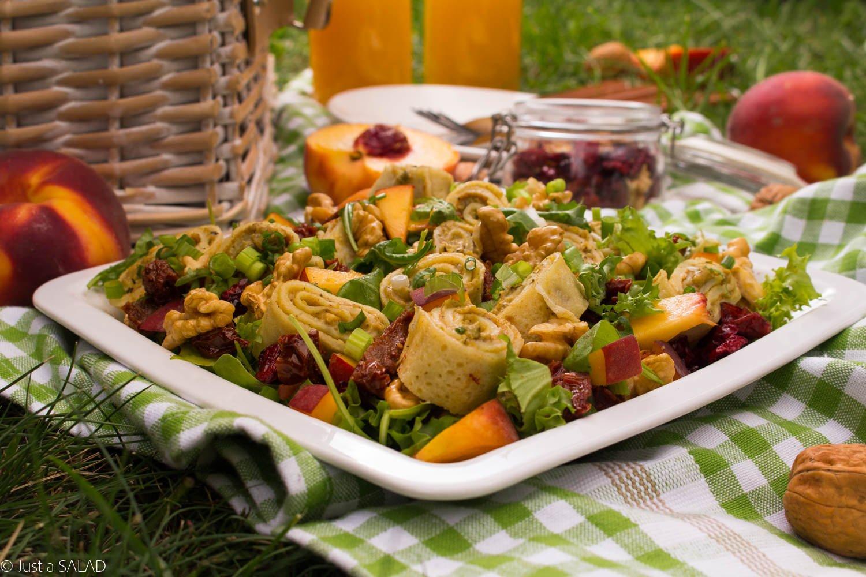 Piknikowy ślimaczek. Sałatka z suszonymi pomidorami, brzoskwiniami, orzechami włoskimi i naleśnikami z pastą warzywną.