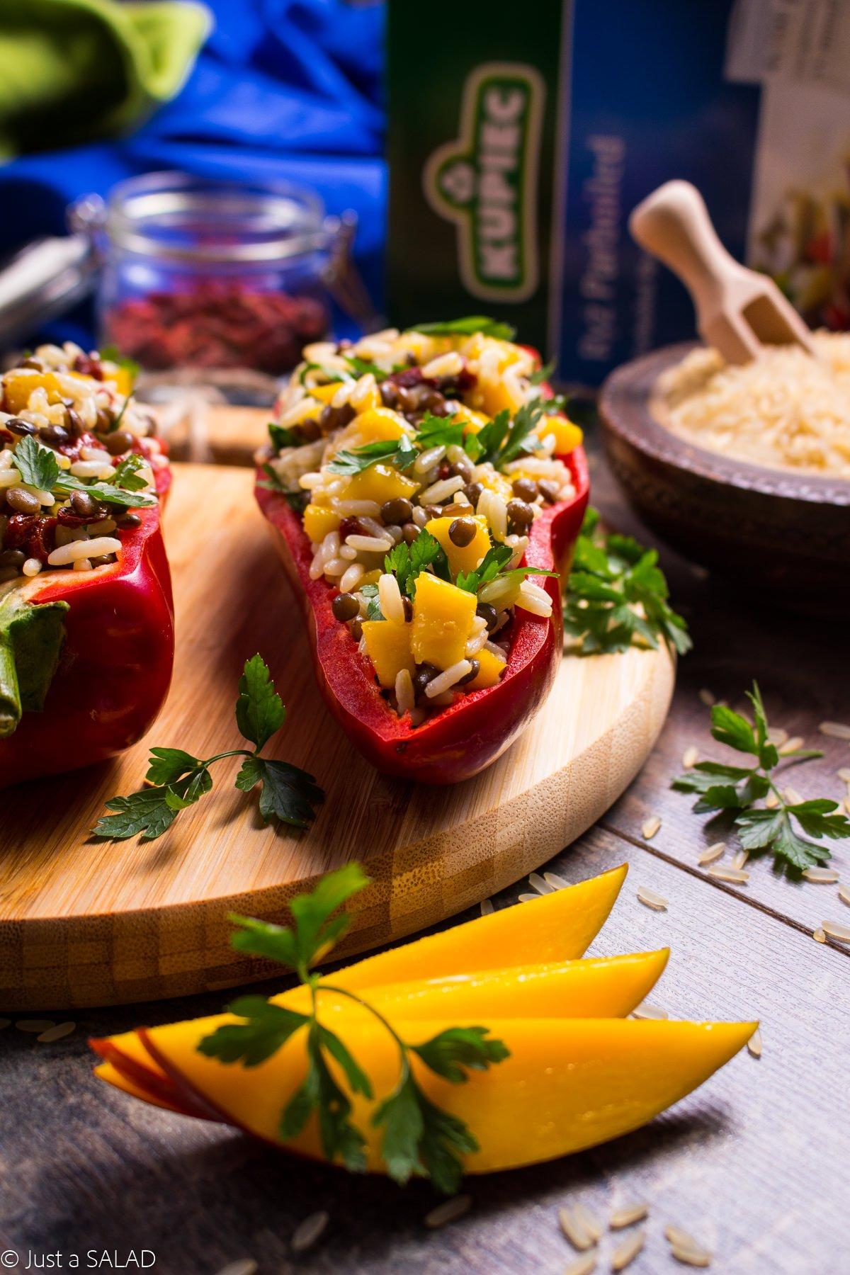 Ryżowe papryczki. Sałatka z ryżem, soczewicą, mango, pietruszką i jagodami goji w spiczastej papryce.