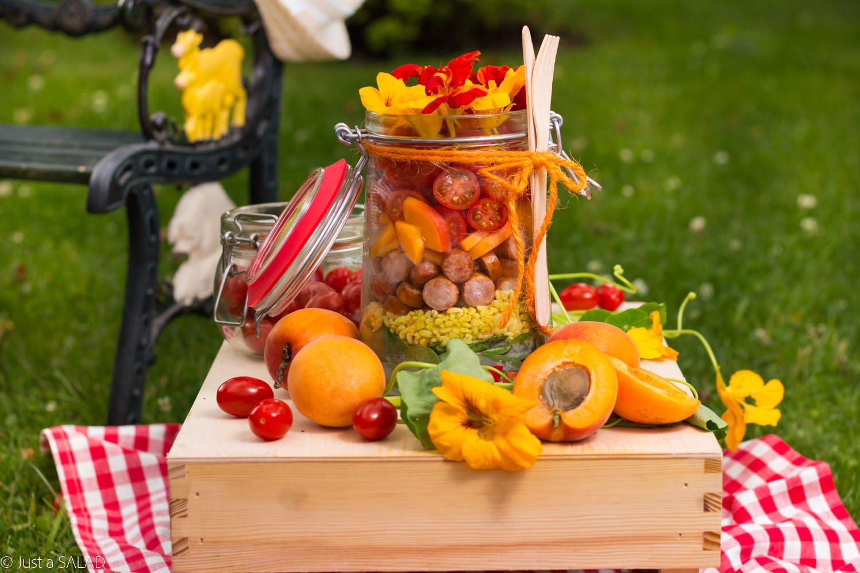 WEŹ MNIE ZE SOBĄ. Piknikowa sałatka Kiełbaskami z Szynki, bulgurem w sosie curry, liśćmi szpinaku, morelami, pomidorkami, oraz kwiatami nasturcji.