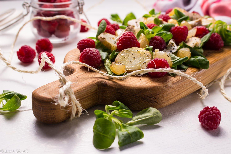 Pstrucha w malinach. Sałatka z pstrągiem pieczonym, malinami, ziemniakami i karmelizowanymi cebulkami.