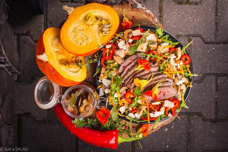 Ze stekiem na pieńku. Sałatka z grillowaną polędwicą wołową, spaghetti z dyni, marnowanymi grzybkami, papryką, parmezanem i kwiatami nasturcji.