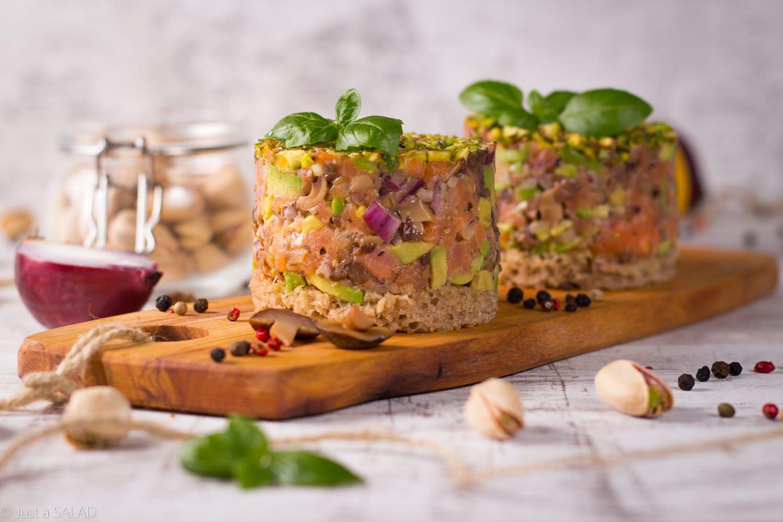 Wpływy maślaka. Sałatka z wędzonym łososiem, maślakami, awokado, czerwoną cebulą i razowym chlebem.