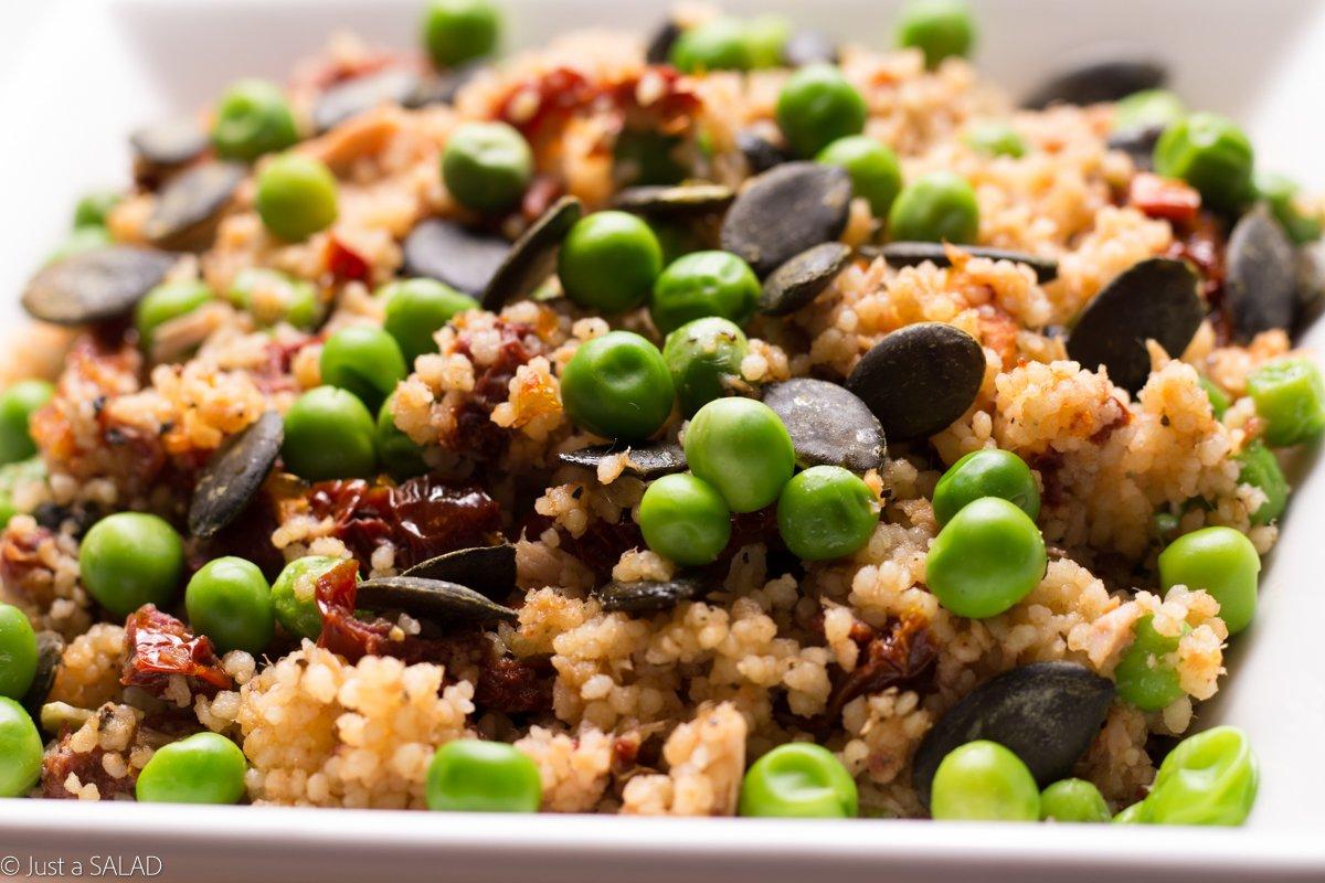 Sałatka kus kus, tuńczykiem, zielonym groszkiem, suszonymi pomidorami i pestkami dyni