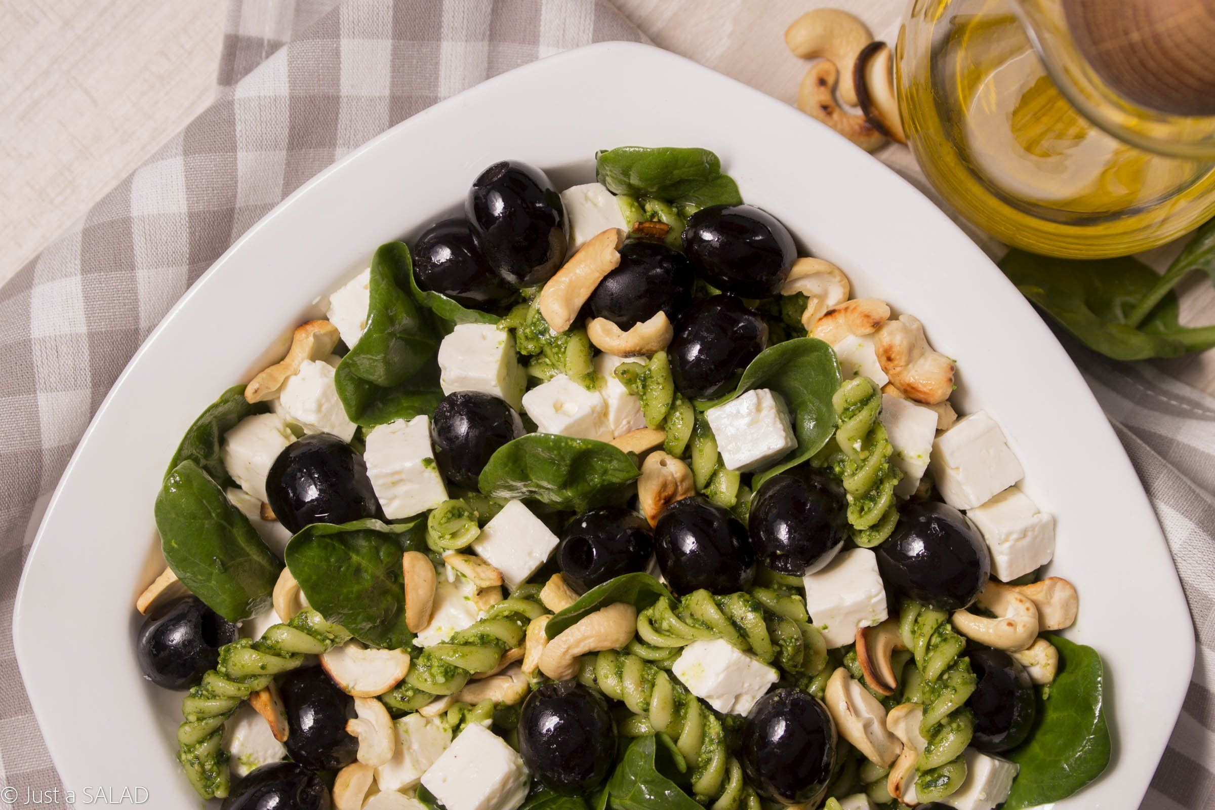 Sałatka ze szpinakiem, makaronem, fetą, oliwkami i nerkowcami