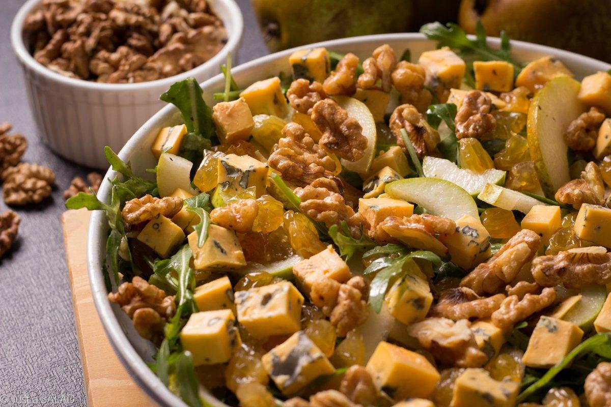 Sałatka z rukolą, gruszką, serem z niebieską pleśnią, rodzynkami i orzechami włoskimi