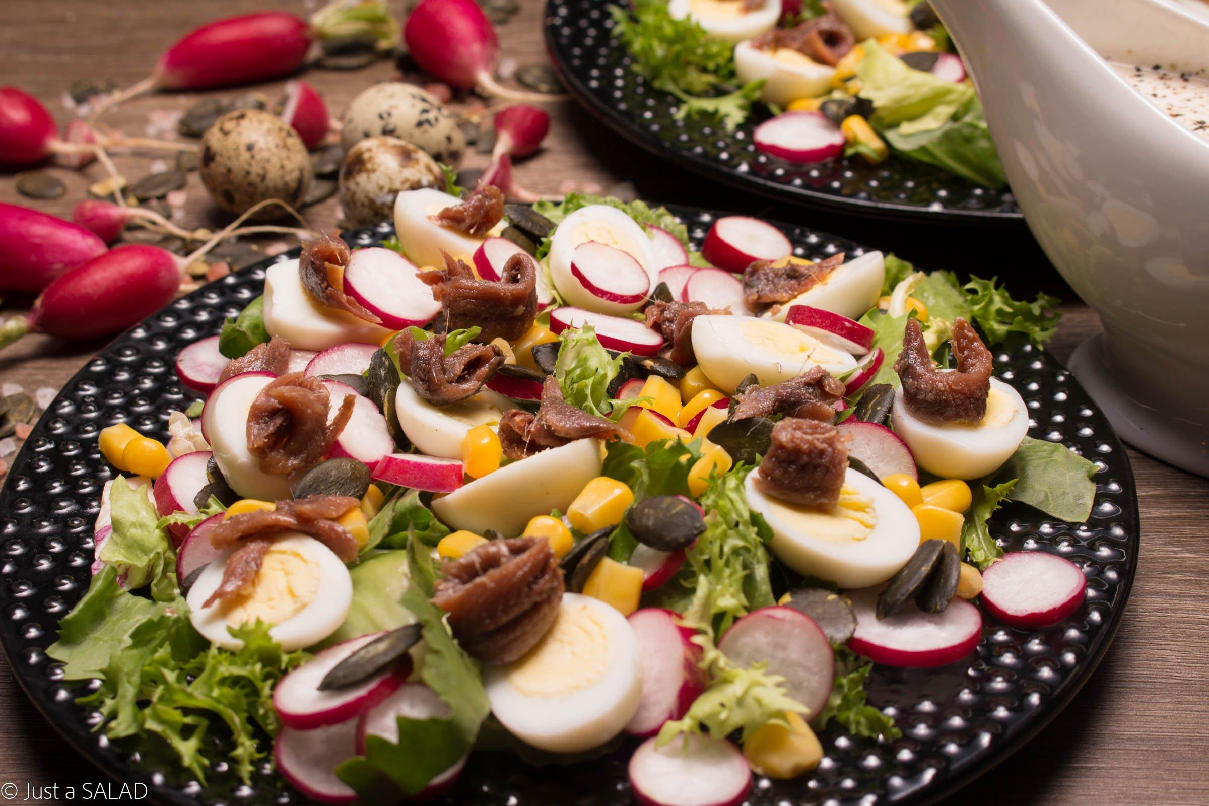 Sałatka z anchois, jajeczkami przepiórczymi, kukurydzą, rzodkiewką i pestkami dyni