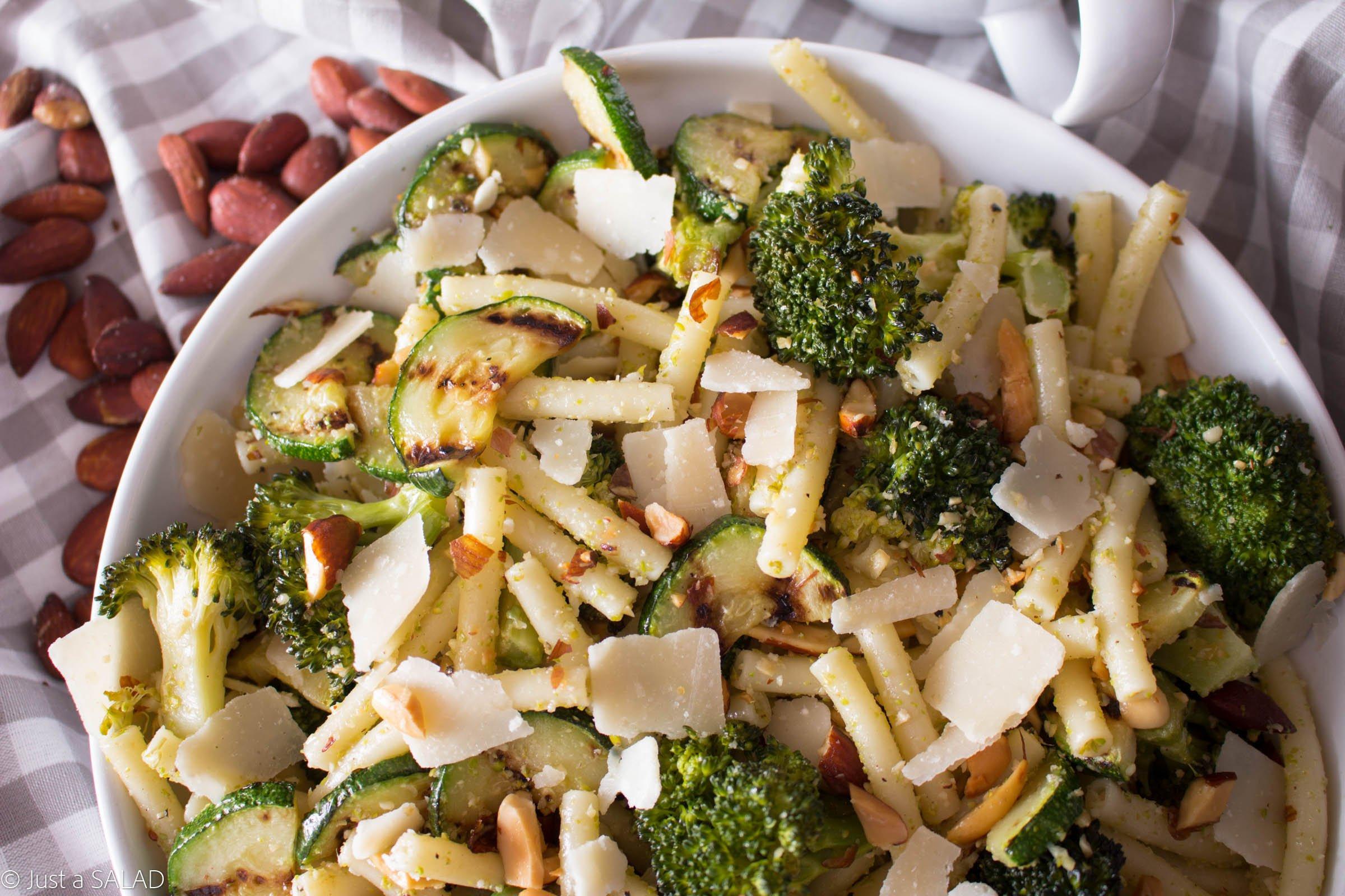 Sałatka z brokułem, cukinią, makaronem, parmezanem, migdałami