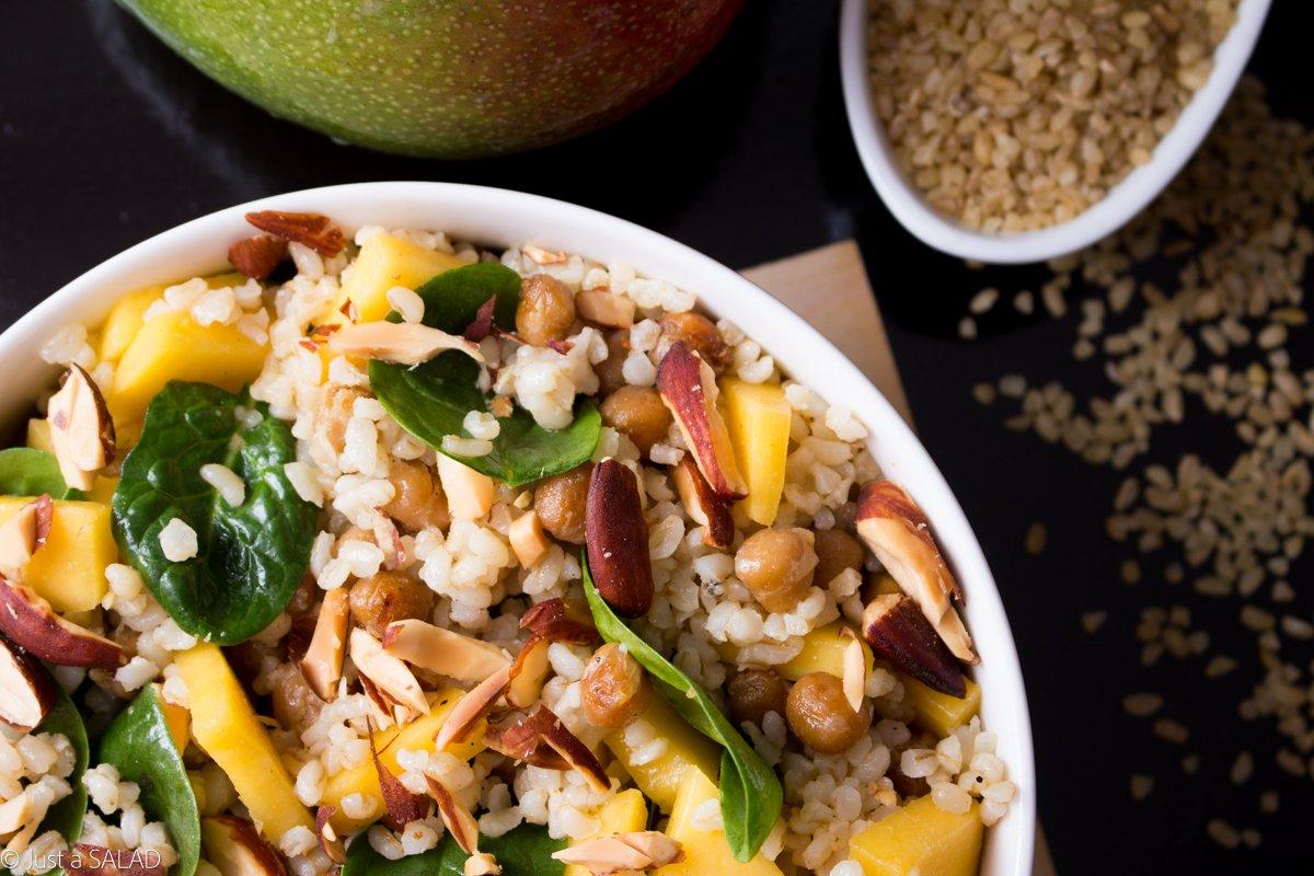 Sałatka z kaszą bulgur, ciecierzycą, szpinakiem, mango i migdałami