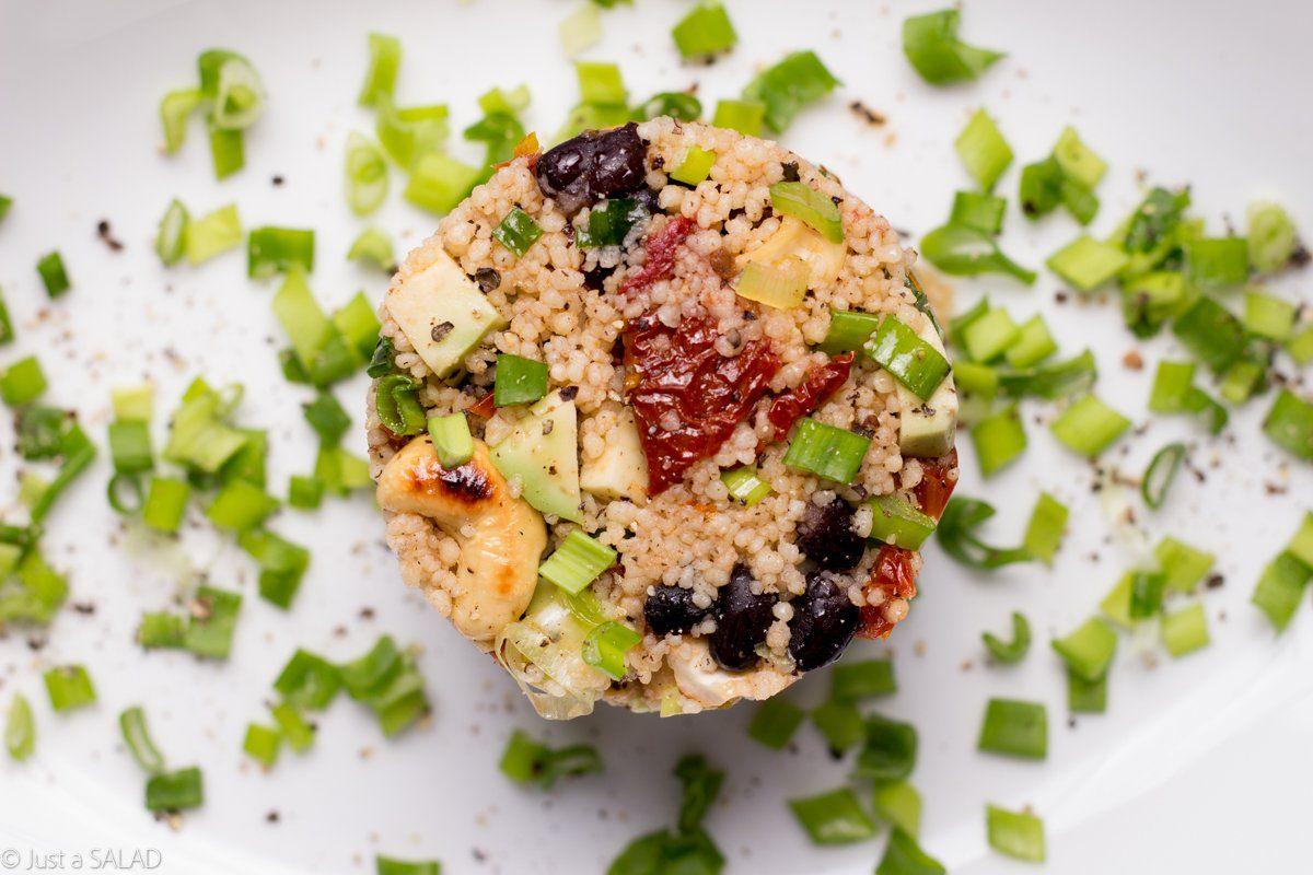 Sałatka z kus kus, suszonymi pomidorami, czarną fasolą, awokado, nerkowcami i szczypiorkiem