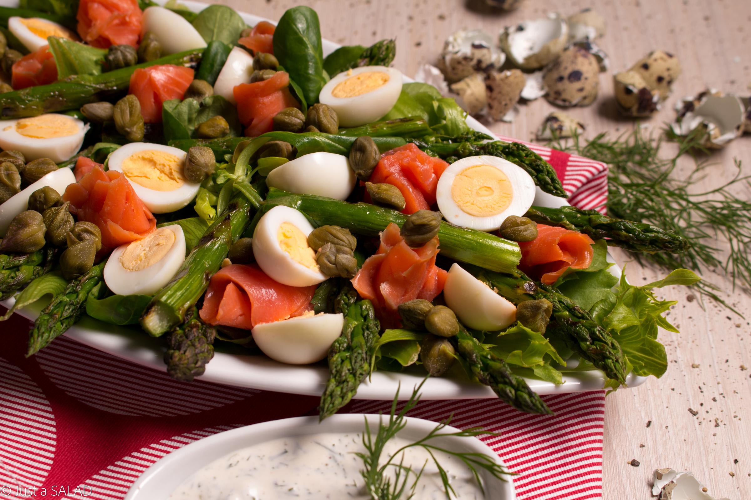 Sałatka z kaparami, wędzonym łososiem, jajeczkami przepiórczymi i grillowanymi szparagami.