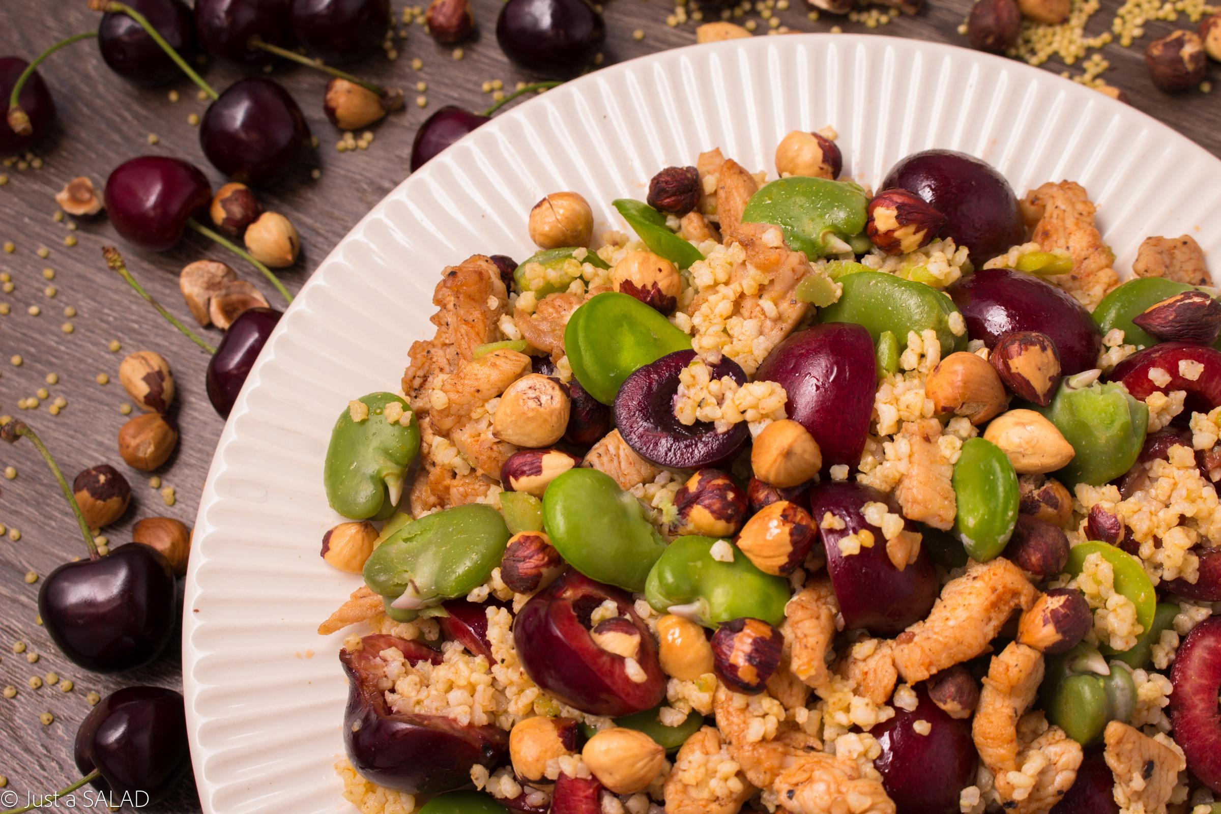 Sałatka z kasza jaglaną, bobem, czereśniami, indykiem i orzechami laskowymi.