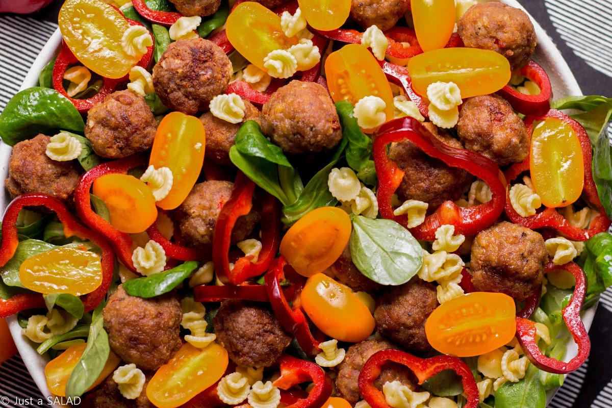 Sałatka z roszponką, makaronem, kotlecikami, pomidorami koktajlowymi i papryką ramiro.