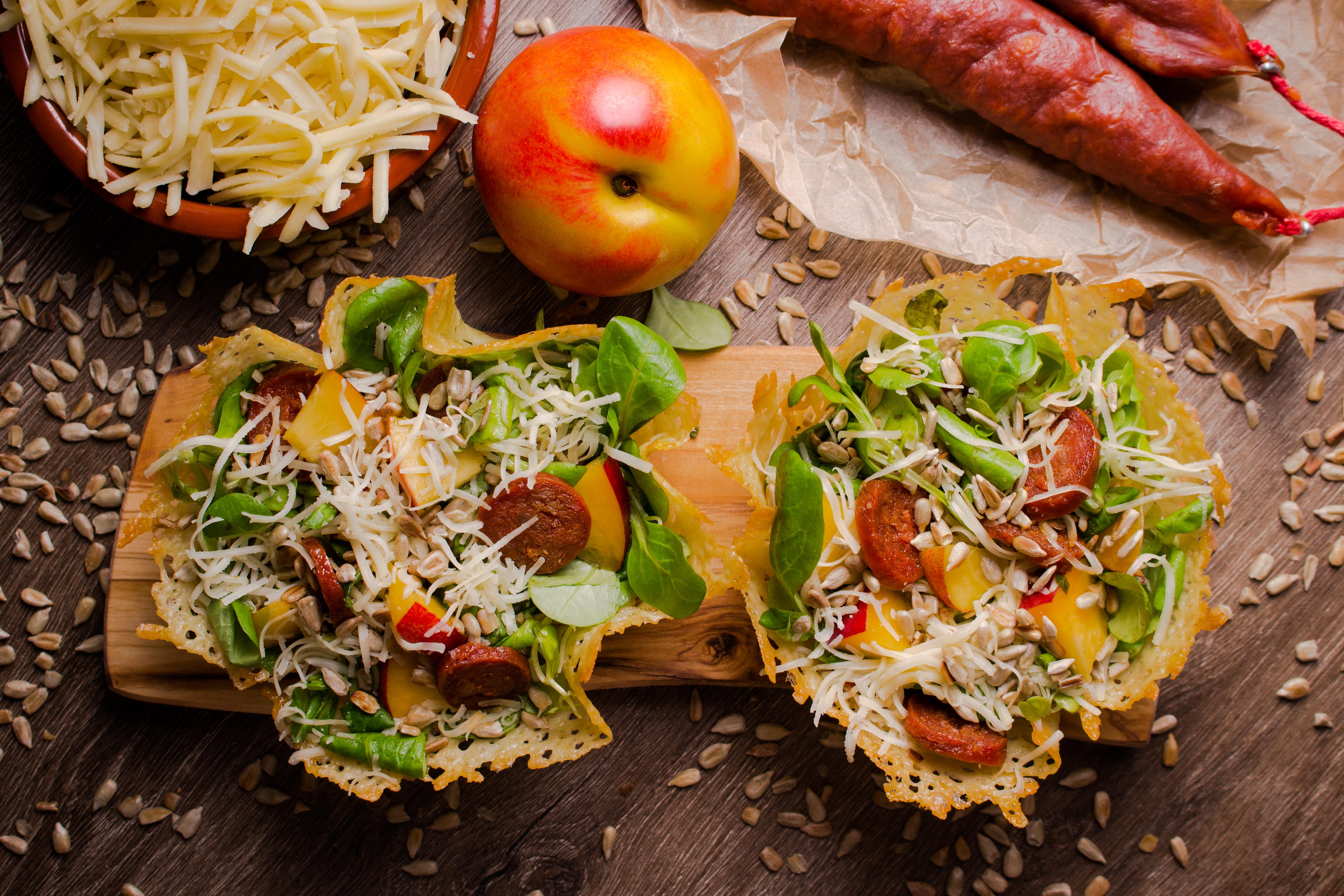 Sałatka z roszponką, cheddarem, chorizo, nektarynką i pestkami słonecznika.
