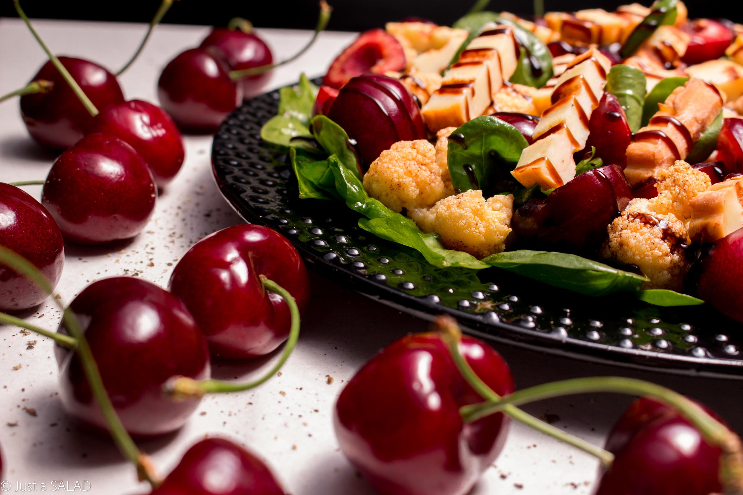 Sałatka ze szpinakiem, oscypkiem, kalafiorem, czereśniami i cynamonowym dressingiem.