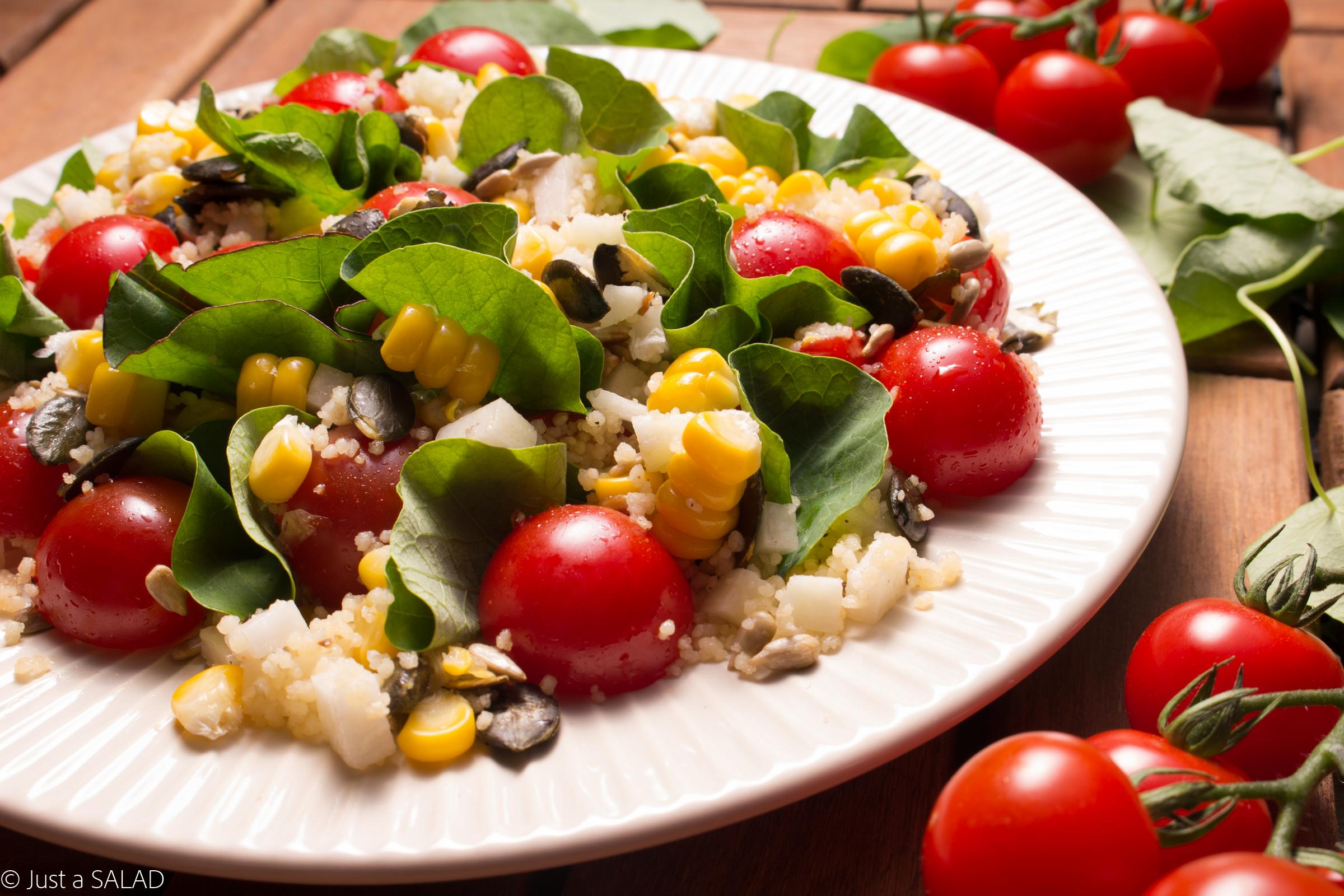 Sałatka z liśćmi nasturcji, kuskus, kukurydzą, pomidorkami koktajlowymi, kalarepą, pestkami dyni i słonecznika.