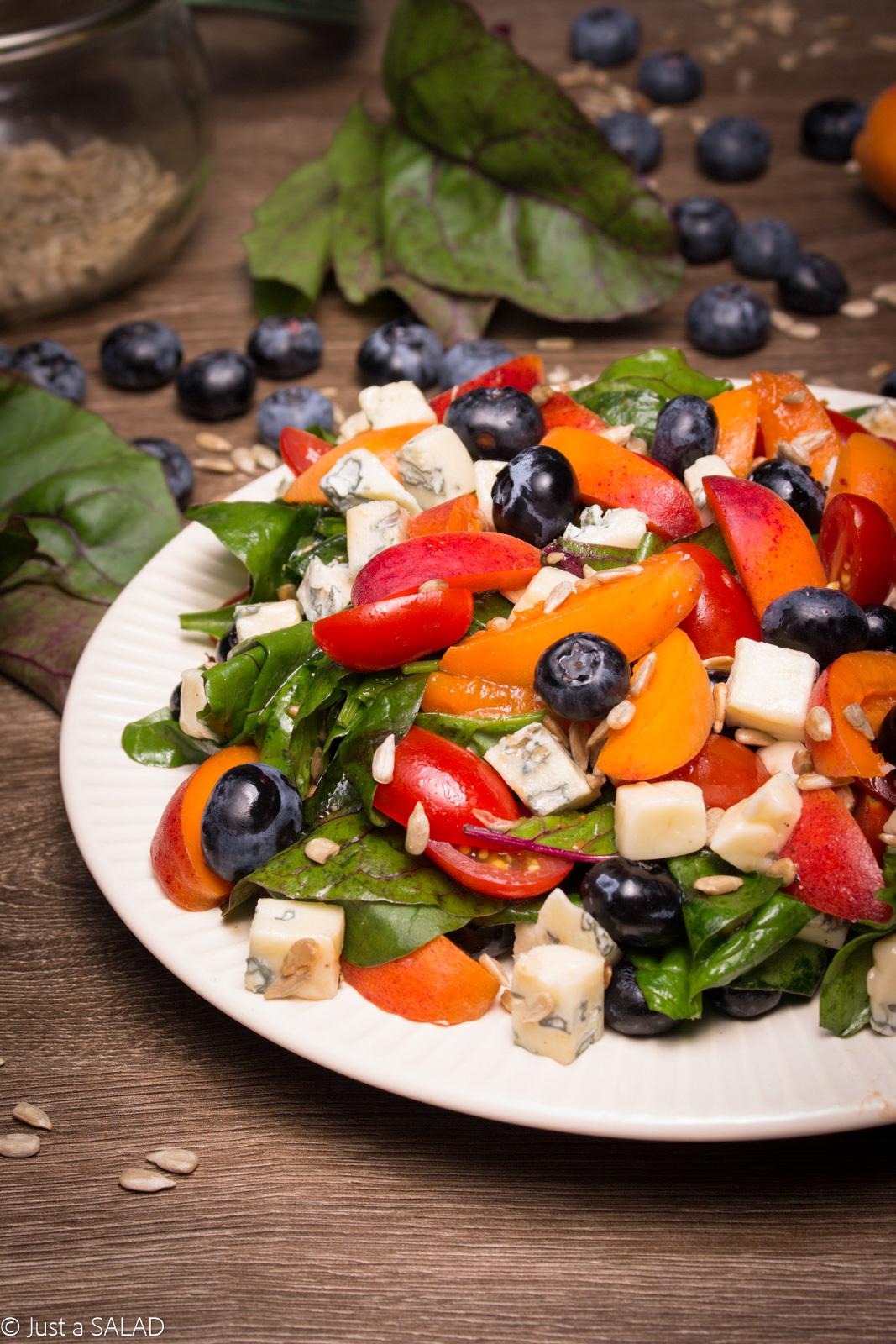 Sałatka z borówkami, morelami, serem z niebieską pleśnią, pomidorami koktajlowymi, pestkami słonecznika oraz liśćmi szpinaku i botwinki.