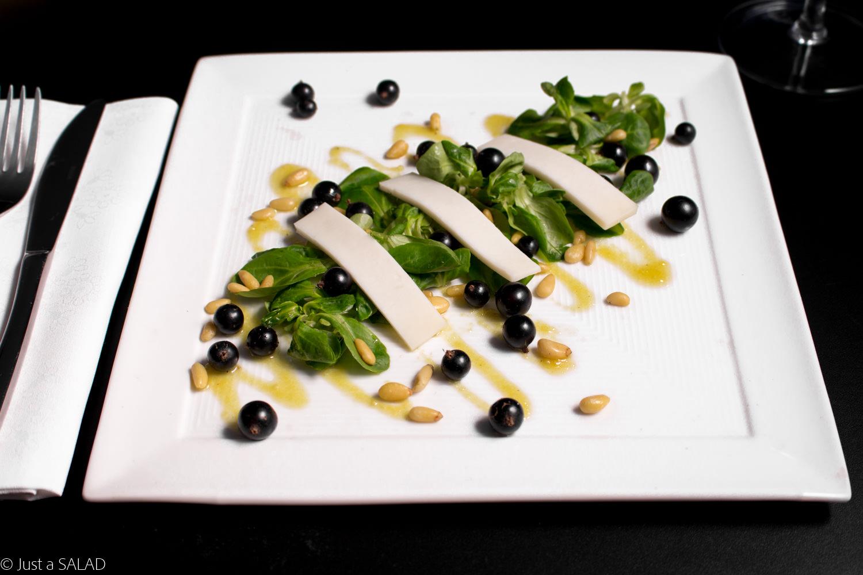 Sałatka z czarną porzeczką, kozim serem, orzeszkami pinii i roszponką.