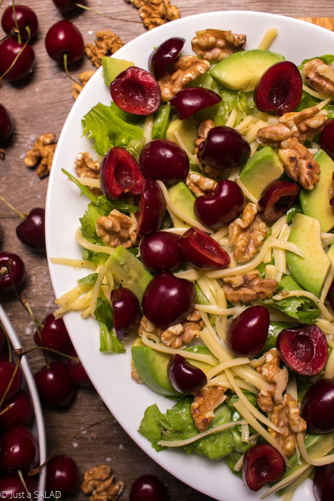 Sałatka z czereśniami, żółtym serem, awokado i orzechami włoskim na miksie sałat.