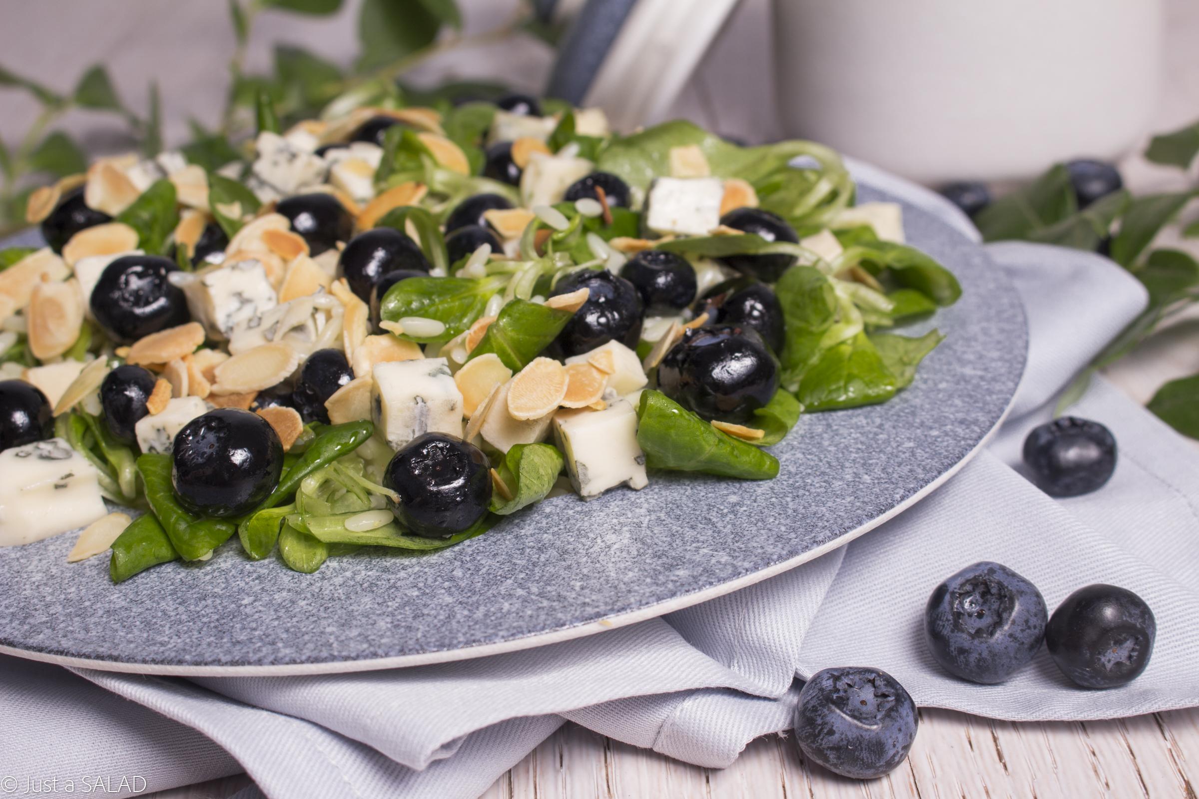 Sałatka z borówkami, serem z niebieską pleśnią, płatkami migdałowymi, makaronem i roszponką.