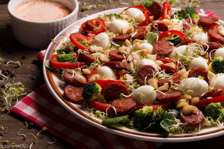 Sałatka z kiełkami brokuła, brokułem, chorizo, papryką, jajeczkami przepiórczymi i orzechami laskowymi.