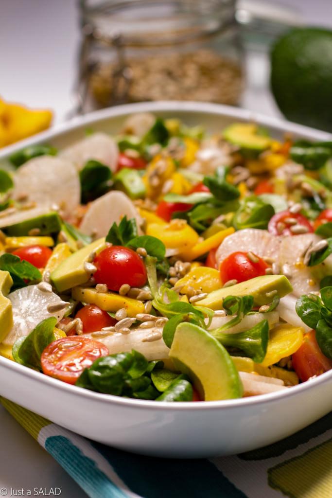 Sałatka z roszponką, z awokado, białą rzodkiewką, patisonami, pomidorami koktajlowymi i pestkami słonecznika