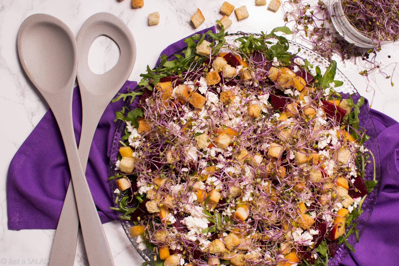 Sałatka z burakiem, nektarynką, kiełkami jarmużu, białym serem oraz grzankami pszennymi.