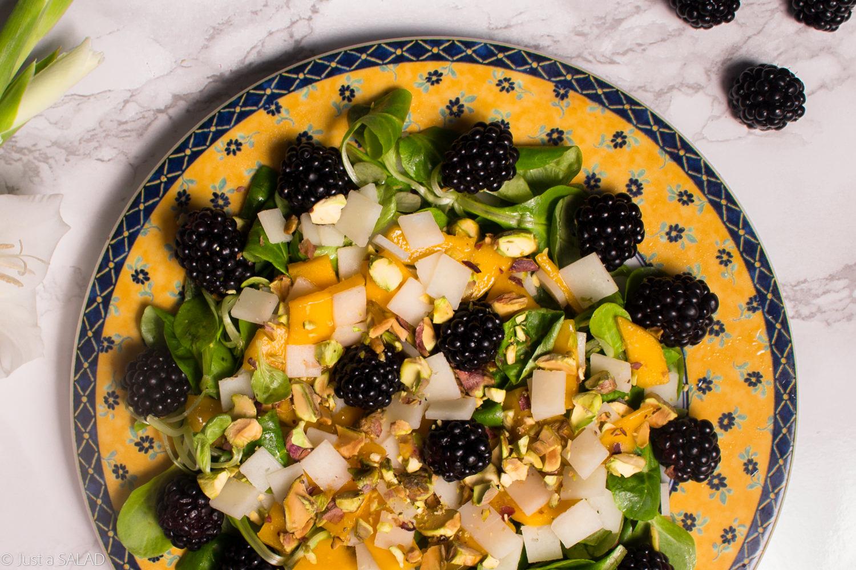 Sałatka z jeżynami, mango, pistacjami, kozim serem i roszponką