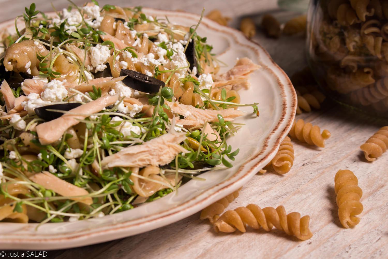 Sałatka z makaronem, tuńczykiem, czarnymi oliwkami , białym serem i rzeżuchą.