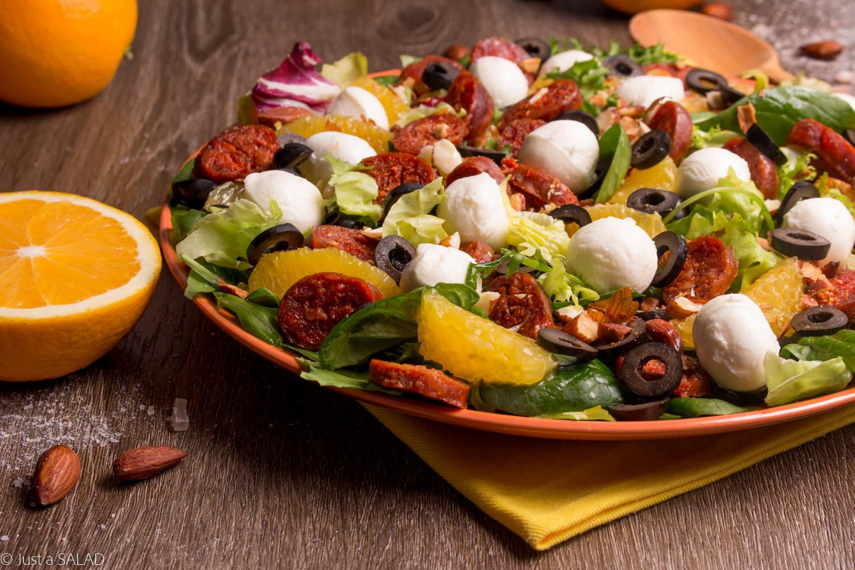 Sałatka z chorizo, pomarańczami, mozzarellą i czarnymi oliwkami.