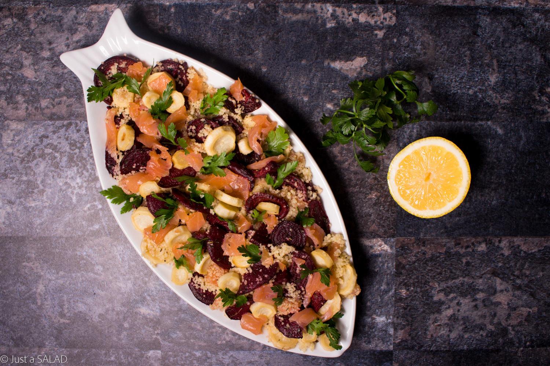 Sałatka z kuskus, łososiem wędzonym, korzeniem i natką pietruszki.