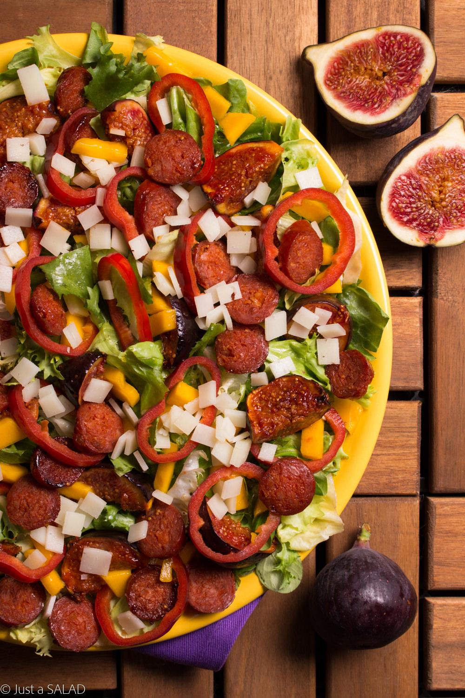 Sałatka z mixem sałat, figami, kozim serem, chorizo, papryką i mango mango.