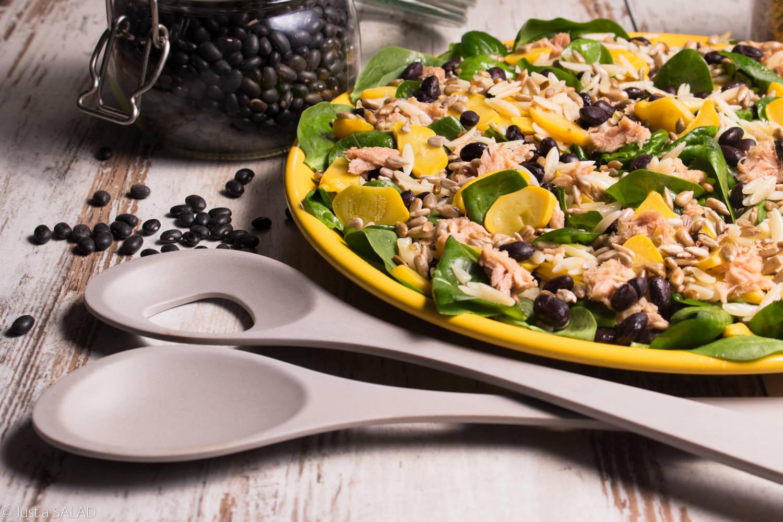 Sałatka z tuńczykiem, patisonem, czarną fasolą, pestkami słonecznika i szpinakiem.