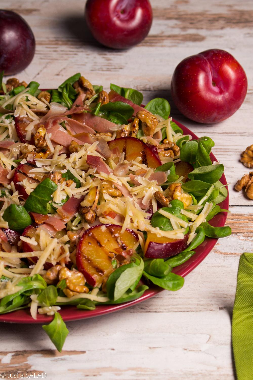 Sałatka ze śliwkami, cheddarem, szynką dojrzewającą i orzechami włoskimi.