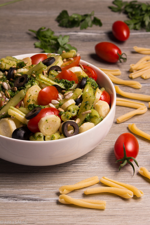 Sałatka makaronem, pietruszkowym pesto, korzeniem pietruszki, pomidorkami i oliwkami.