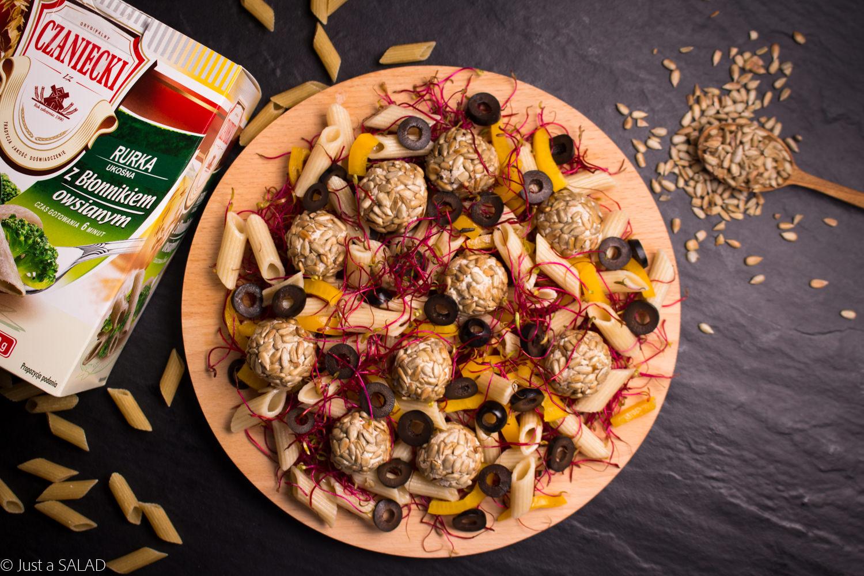 Sałatka z makaronem, kiełkami buraka, papryką, oliwkami i kulami tuńczykowo-serowymi.