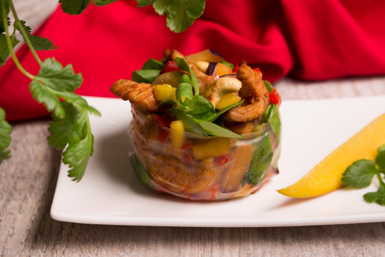 Sałatka z kurczakiem tandoori, mango, śliwkami, papryką, nerkowcami i kolendrą.