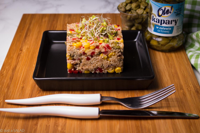 Sałatka z kuskus, kaparami, papryką, kukurydzą, tuńczykiem i pestkami słonecznika.