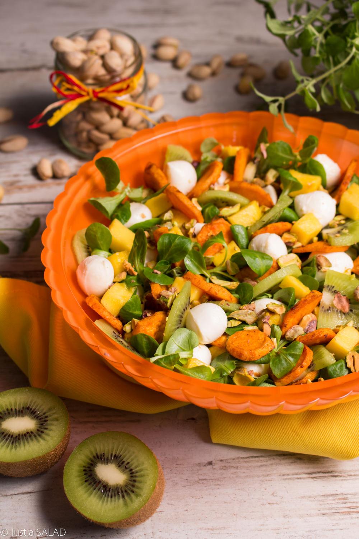 Sałatka z mango, batatami, mango, kiwi, pistacjami, mozzarellą i roszponką.