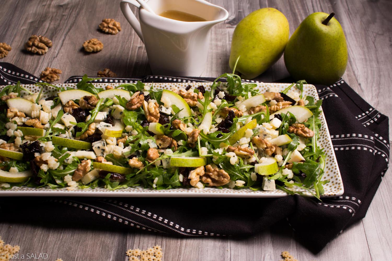 Sałatka z makaronem, rukolą, gruszkami, serem z niebieską pleśnią, orzechami włoski i suszonymi śliwkami.