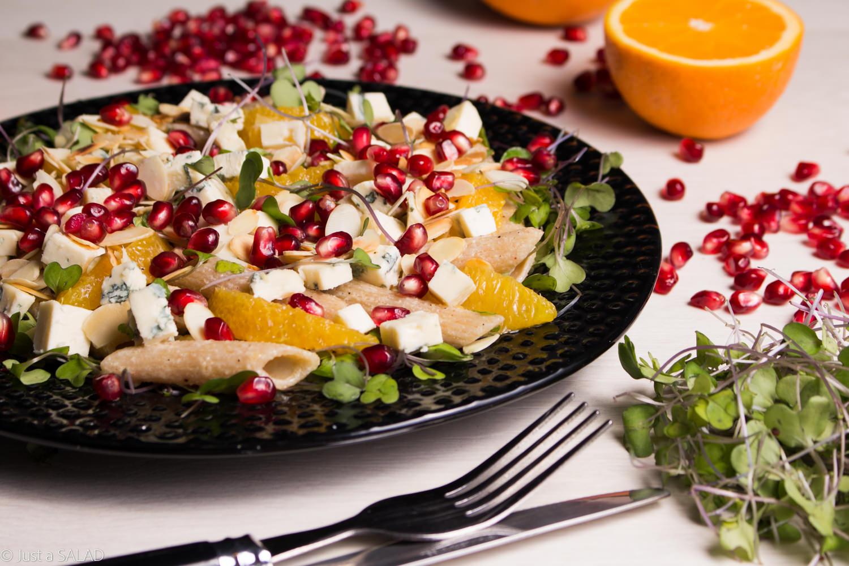 Sałatka z makaronem, liśćmi jarmużu, granatem, pomarańczą, serem z niebieską pleśnią i płatkami migdałowymi.