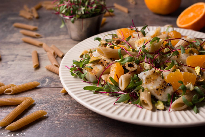 Sałatka z halibutem, makaronem, liśćmi buraka, mandarynką i pistacjami.
