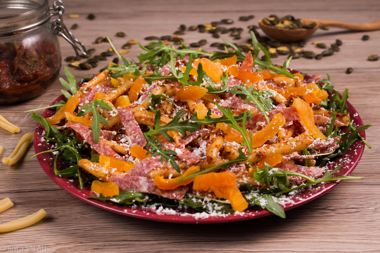 Sałatka z rukolą, makaronem, suszonymi morelami, salami, fetą i pomidorowym pesto.