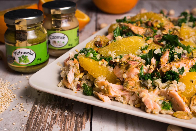 Sałatka z komosą ryżową, jarmużem, pomarańczami, łososiem i pistacjami.