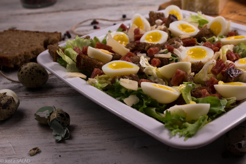 Sałatka z kabanosami, serem grana padano, grzankami, jajeczkami przepiórczymi i mixem sałat.
