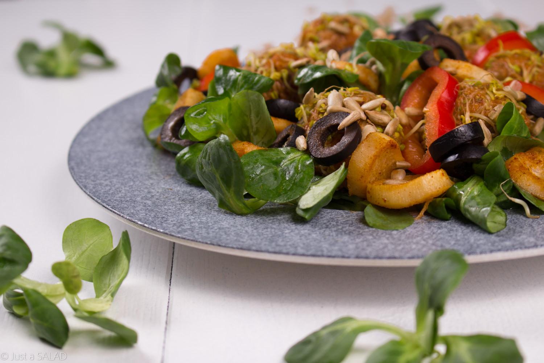 Sałatka z roszponką, pietruszką, papryką, pestkami słonecznika i makrelowymi kulami.