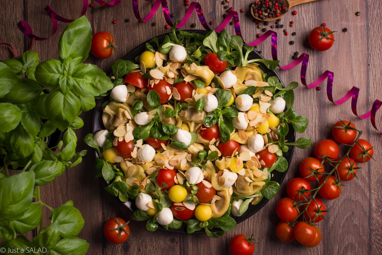 Sałatka z tortellini, roszponką, mango, pomidorkami koktajlowymi, mozzarellą i płatkami migdałowymi.