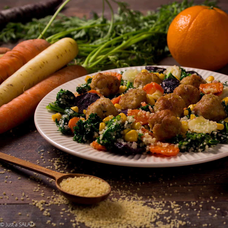 Sałatka z kuskus, marchewkami, kukurydzą i kotlecikami z indyka z serkiem o smaku curry i papai.