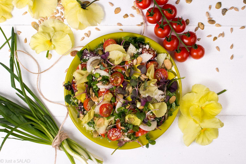 Sałatka z bratkami, listkami rzodkiewki i groszku, pomidorkami, parmezanem, szczypiorkiem i miksem prażonych ziarenek.