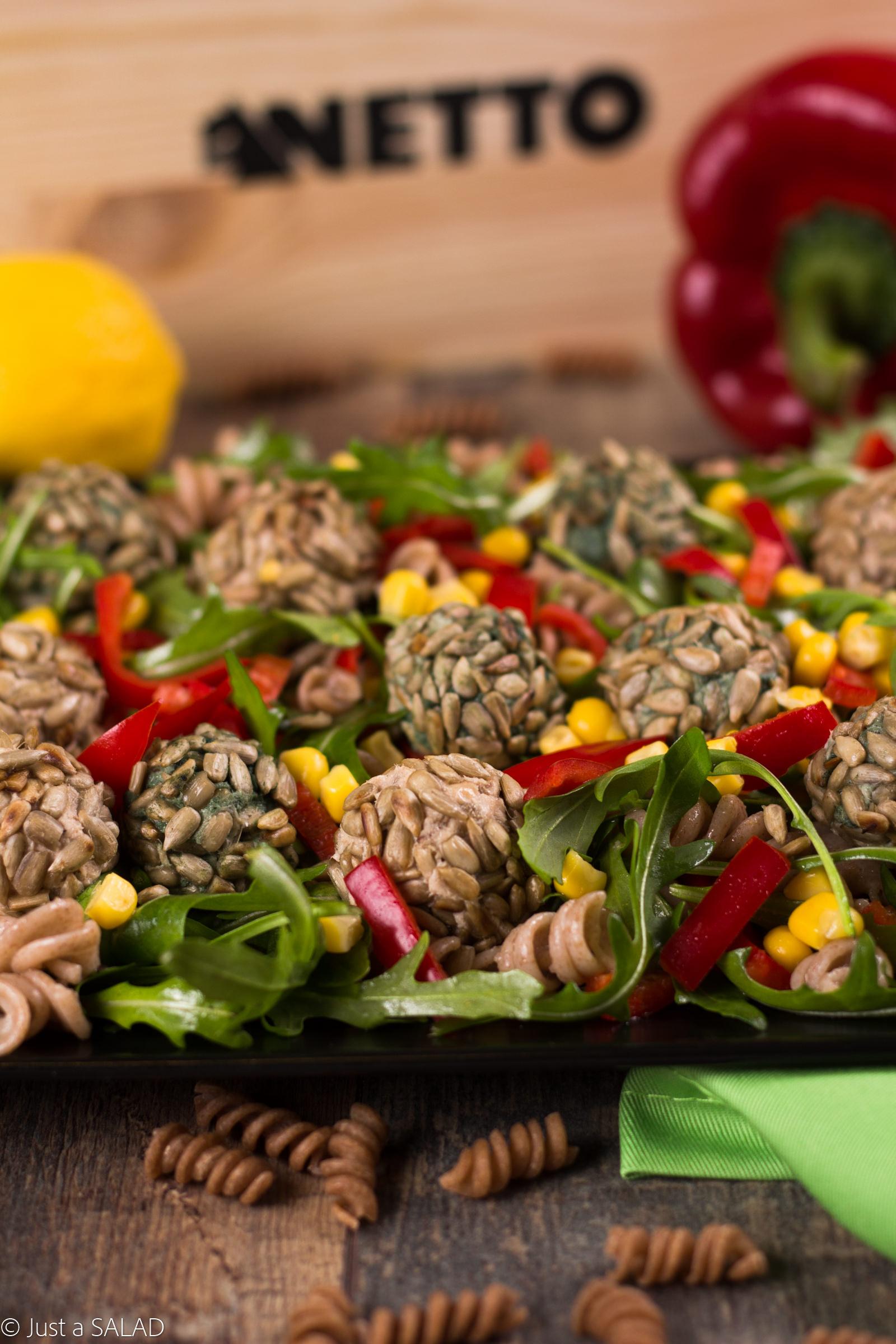 Sałatka z makaronem orkiszowym, rukolą, papryką kukurydzą i tuńczykowymi kulami z dodatkiem spiruliny.
