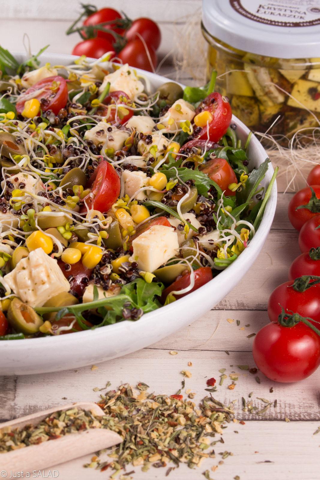 Sałatka z serem korycińskim, rukolą, komosą ryżową, pomidorkami, kukurydzą, oliwkami i kiełkami rzodkiewki.